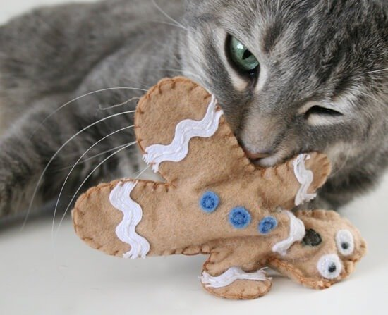 Tutorial to make super cute catnip filled cat toys! Great for Kitty's Christmas :)