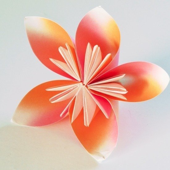 One of the easiest tutorials to make origami flowers!