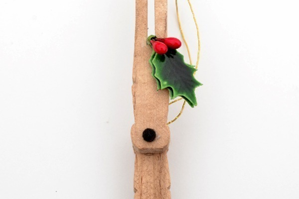 So cute! Make little reindeer ornaments out of clothespins. Could make little Rudolph reindeer, too!