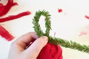 Country chic burlap ornaments. Really easy tutorial!