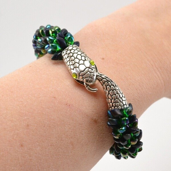 Isn't this snake kumihimo bracelet just gorgeous. It's really easy to make, too!