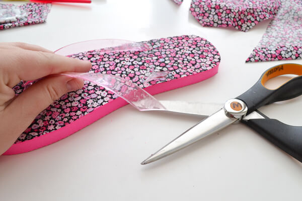 LOVE these DIY fabric covered flip flops!