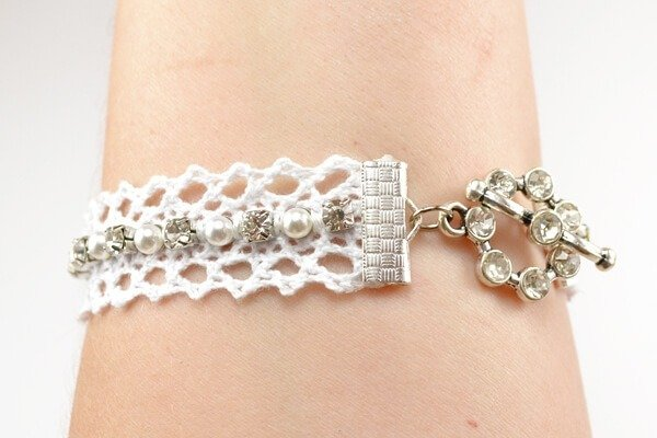 This totally simple watch DIY is totally stunning! In love with the lace, pearls and rhinestones!