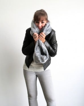 Make a faux fur infinity scarf with Ama from Ohoh Blog!