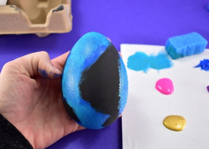 These galaxy Easter eggs are easy to make and look out of this world. Get a great step-by-step photo tutorial AND a video tutorial to make your own!