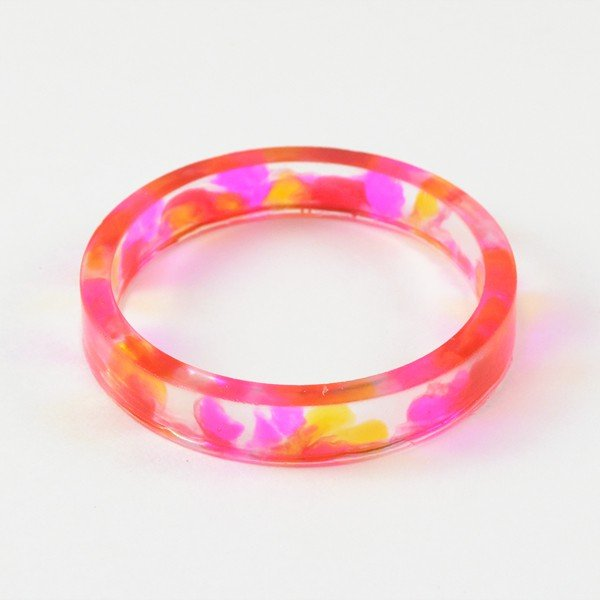 These bright, splotchy and neon dyed resin bracelets are so fun! The tutorial is super easy to follow!
