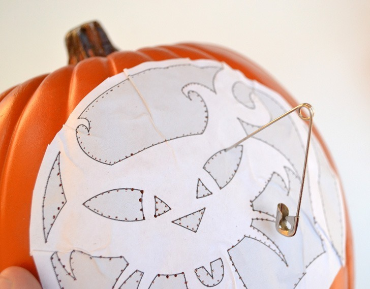 Make a DIY Solar jack-o-lantern and you don't have to remember to turn on lights every night or worry about candle and fire safety. This is genius!
