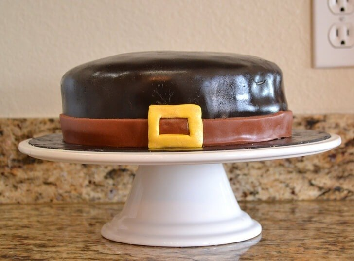 Make a pilgrim hat cake for Thanksgiving! It's really not that hard!