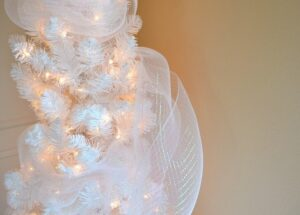 How to fill out a white Christmas tree.