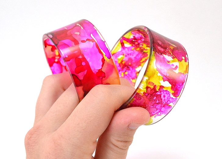 These abstract acrylic bangle bracelets look high end but they are so easy to DIY yourself!