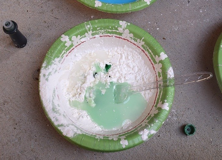 Did you know that you can make liquid chalk paint out of cornstarch? It's so simple and so much fun and a great way to decorate for summer parties!