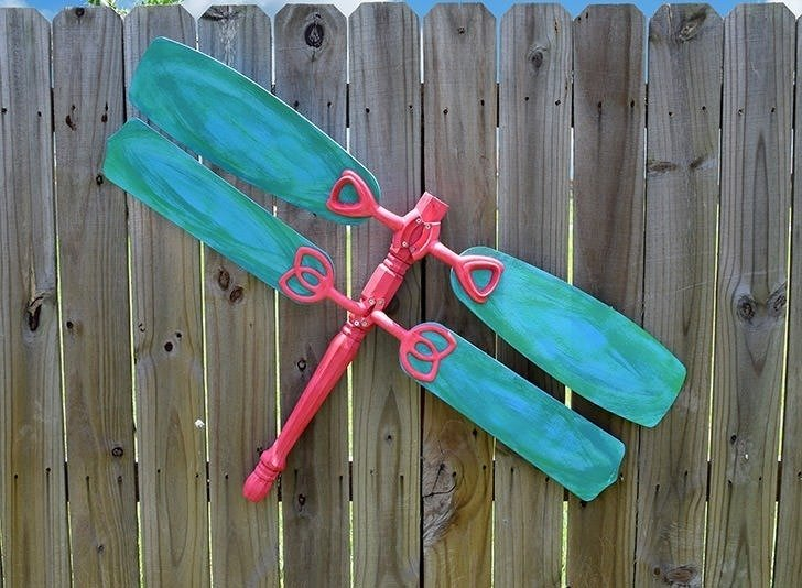 Flea market finds are turned into the cutest junk dragonfly yard art! I want to make a dozen for my fence!
