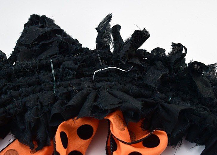 This black cat wreath is too cute and so easy to make. It's great for Halloween but you can change the bow to keep it up for different seasons!
