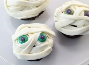 These mummy Halloween cupcakes are so easy to make at home. Check out those gumball eyeballs!