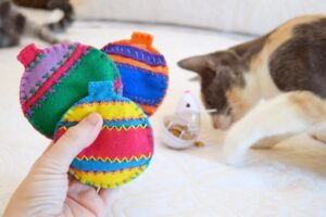 These catnip filled Christmas ornaments are the cutest. Kitty will love them!