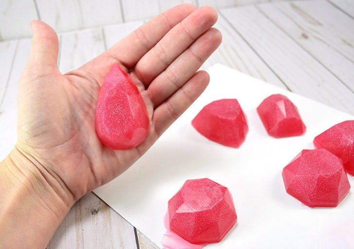 How cute are these little gem shaped soaps? A great DIY gift for a lover of the finer things. Who doesn't love diamonds? :)