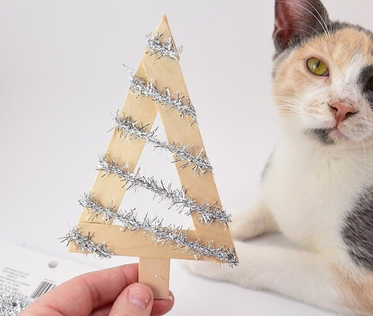 Who knew you could make such stylish and modern little Christmas tree ornaments out of the humble Popsicle stick? These are awesome!