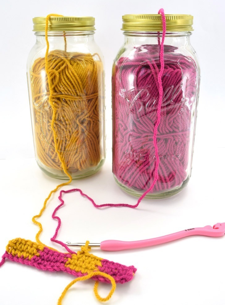 Tired of tangled up yarn? Turn mason jars into yarn jars and keep your things nice and neat. Extra bonus no more cat hair in the skein!