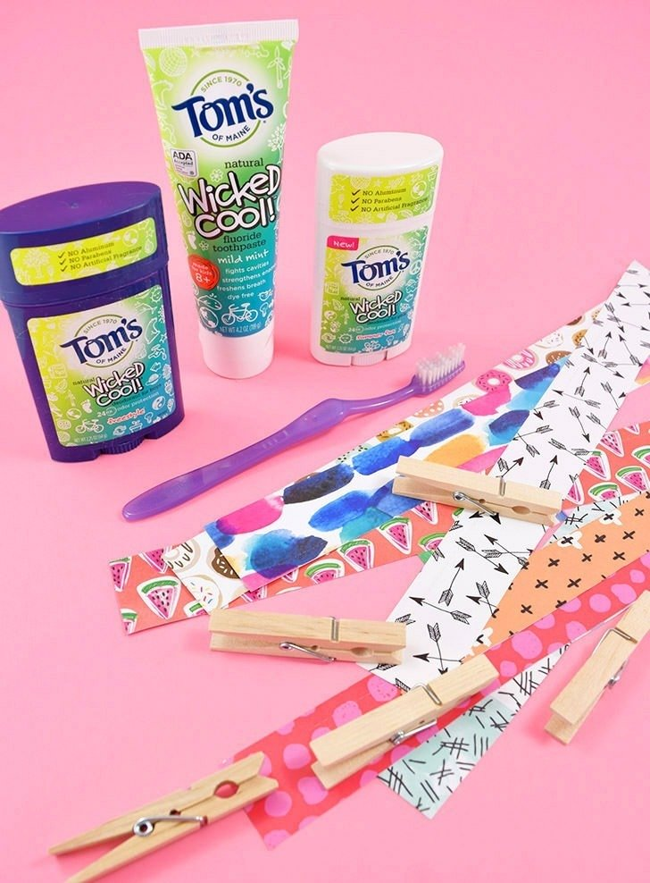 The kids are going to love these simple, pretty magnetic clothespins that only take 10 minutes to make! They're perfect to hang pics and keep up with cords in lockers, perfect for back to school!