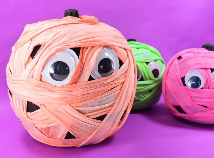 These colorfully cute wrapped mummy pumpkins are beyond adorable and so easy to make! What a fun, no carve Halloween craft!