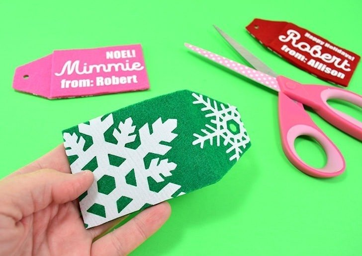 Make these combo gift card holders and gift tags out of felt... perfect to keep gift cards and the present it goes with together!