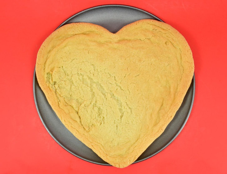 Take another little pizza my heart! How cute is this too sweet heart shaped sugar cookie decorated to look like a pizza? It's perfect for Valentine's Day!