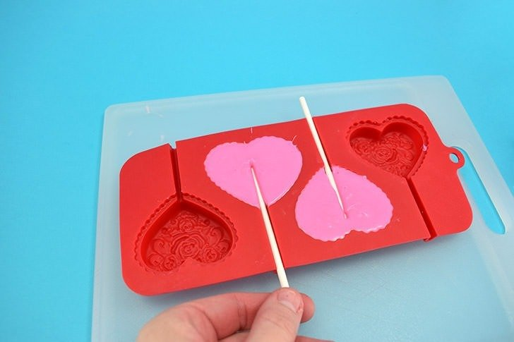 Make these heart of gold pops out of candy wafers in just minutes. What a sweet treat!