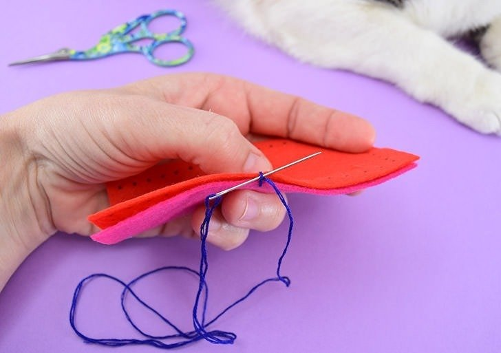 Learn how to sew the blanket stitch including all of those important steps like, how to use the blanket stitch around corners and how to neatly change thread during the blanket stitch!