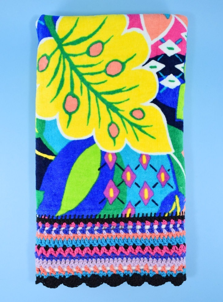 Why have an ordinary beach towel when you can have an extraordinary crochet edge beach towel so easily? Hook up the prettiest towel on the sand!