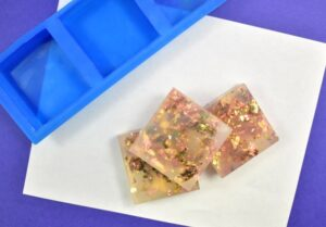 If you like luxurious things, you're goign to LOVE this DIY 10-minute Gold Flecked Soap. Bold, fun and perfect little guest soaps to impress guests!