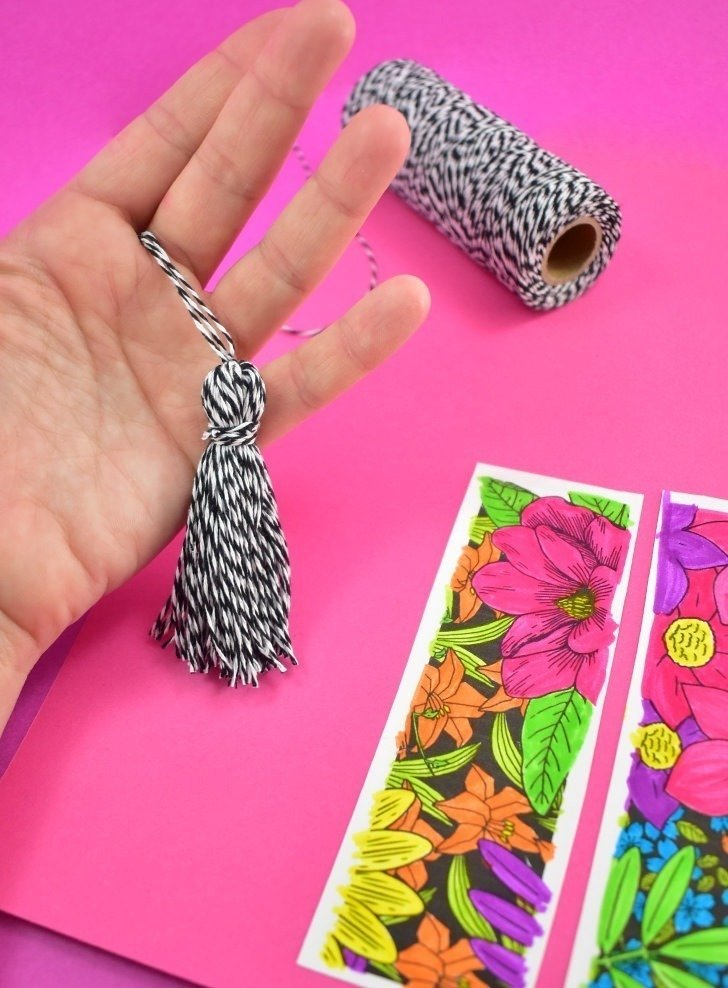 These free floral bookmarks to color are so much fun and can make the sweetest present for your favorite reader! Add a tassel and they're adorable AND chic!