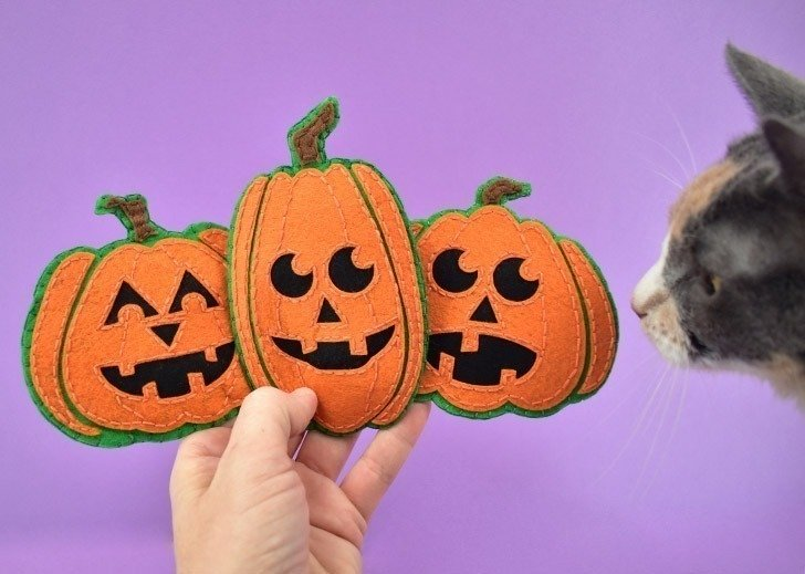 Continue until you've made as many catnip jack-o-lantern cat toys you and your kitties need!