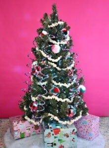 These Christmas Decorations are certainly to DIY for! See how to make them all!