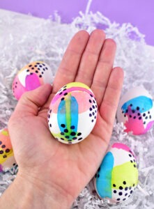 Looking for a fun, bold and modern way to dye Easter eggs? These fun