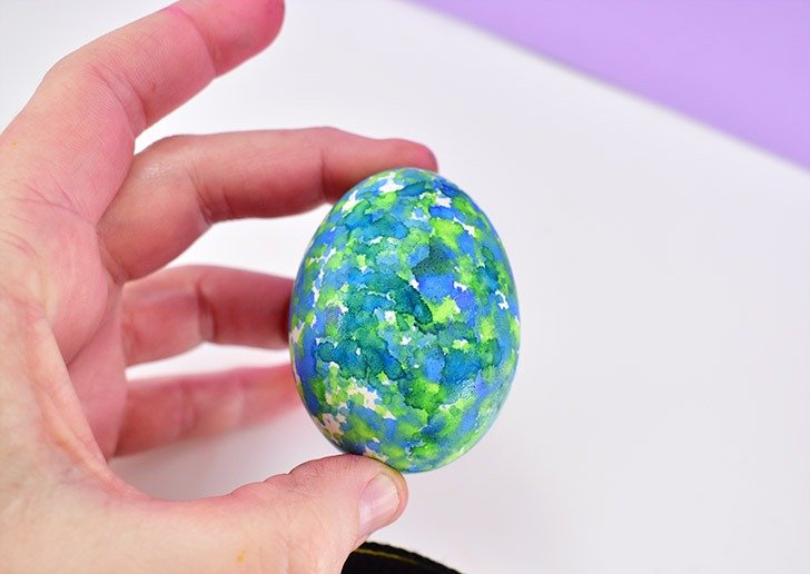 Continue adding ink to the felt and applying to the egg as you work around.
