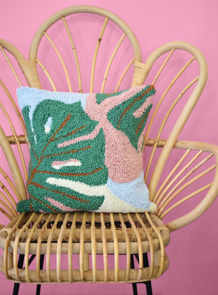 Calling all plant ladies (and gents)... This gorgeous monstera punch needle pattern is FREE and easy enough for punching beginners!