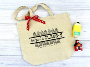 This tote bag keeps it class-y for back to school. Too cute! SVG at Kingston Crafts.