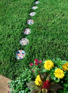 These DIY terrazzo stepping stones are simple to make but so gorgeous! Adorn your yard with these colorful beauties!