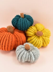 Love the look of knitting things but don't know how to knit? Check out these gorgeous LOOM KNIT pumpkins that are a breeze to whip up!