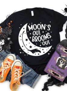 Moon's out, brooms out! Grab the free witchy cut files (SVG, PNG, EPS, DXF) to make your own fun Halloween tee shirt or tote bag!