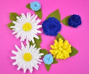 These felt flowers are so easy to make! Get the details now!